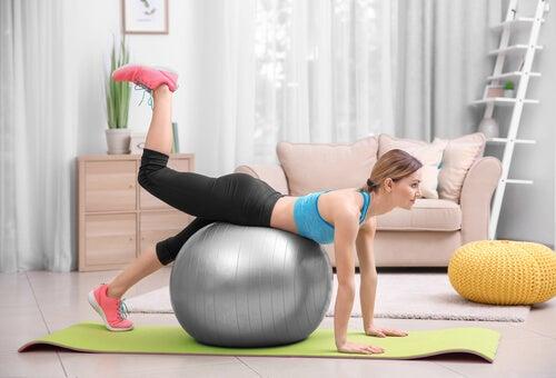 Utilizzare una palla da ginnastica per recuperare la linea in poco tempo