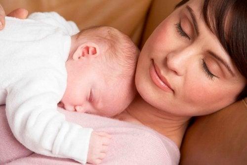 Bambino dorme sulla madre