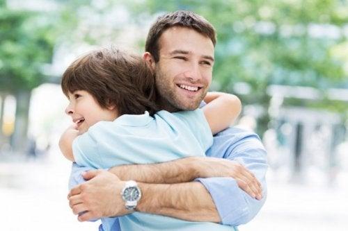 Padre e figlio si abbracciano