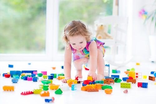 A un anno di età, i bambini sono già in grado di afferrare oggetti con l'indice e il pollice