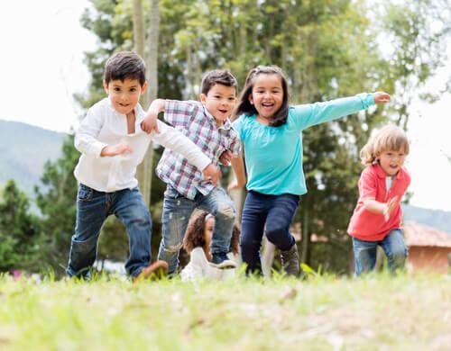 Bimbi che giocano con i cugini