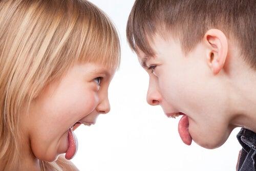 Bambini che litigano facendo le boccacce