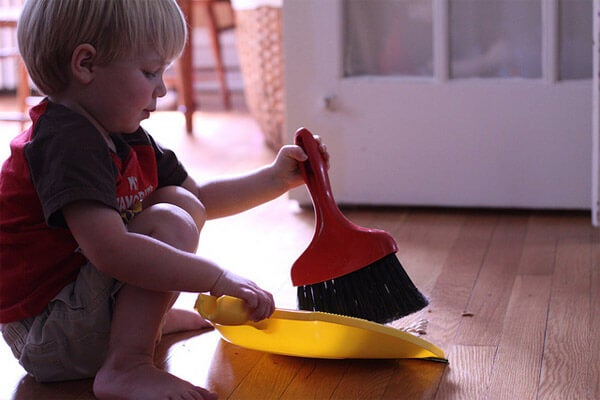 Bambino fa i lavori domestici