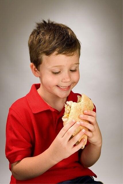 Un panino ricco di ingredienti naturali costituisce una merenda sana