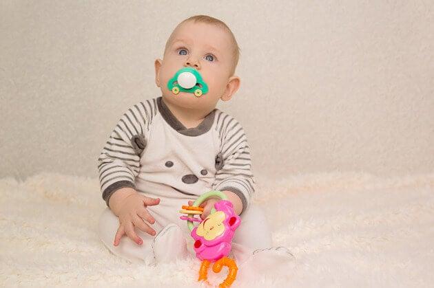 Dalle sei settimane di vita, il bambino è capace di seguire movimenti e percepire luci e ombre