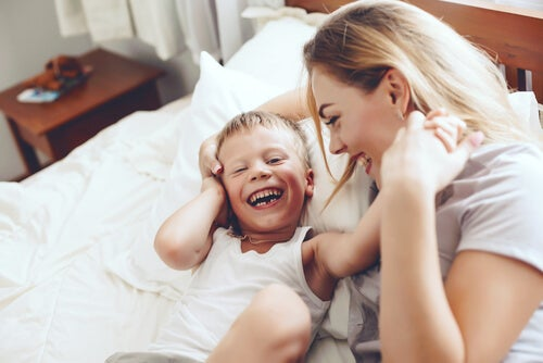 Mamma e bambino giocano con serenità