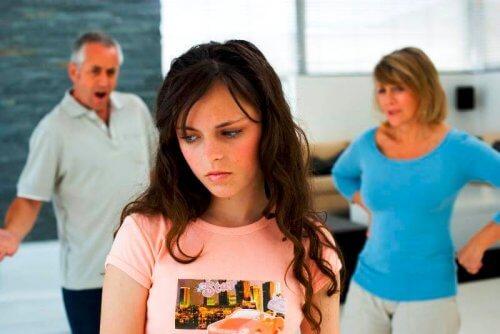 Genitori che non capiscono i cambiamenti emotivi della figlia