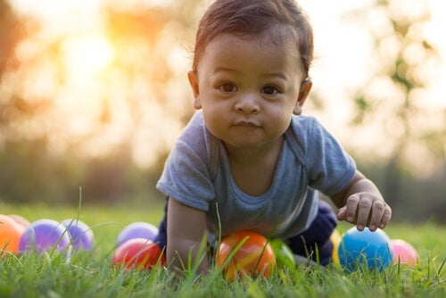 Bambino gioca in giardino