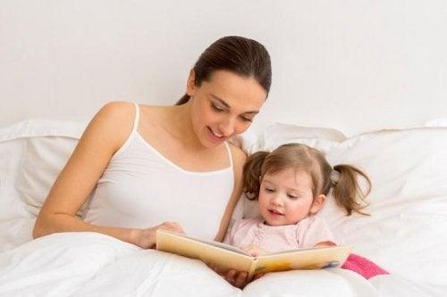 Mamma e figlia leggono un libro prima di dormire