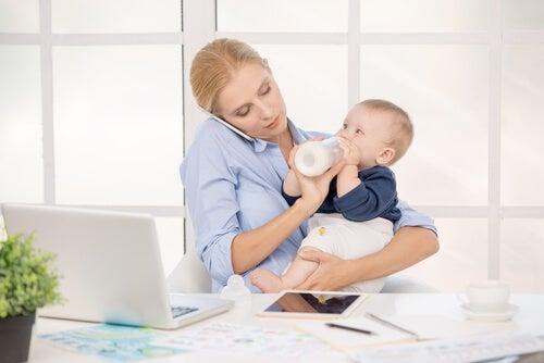 Una madre lavoratrice è costretta a svolgere più ruoli di un padre