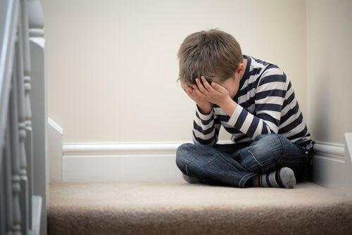 Bambino piange da solo