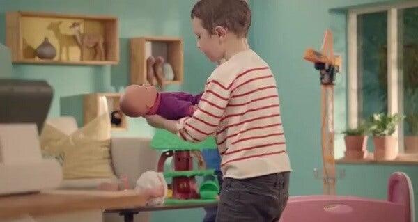 Anche si pensa che una bambola sia per le bambine, i giocattoli non hanno genere