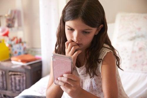 Prima dei 12 anni, i bambini non sono pronti a controllare uno smartphone