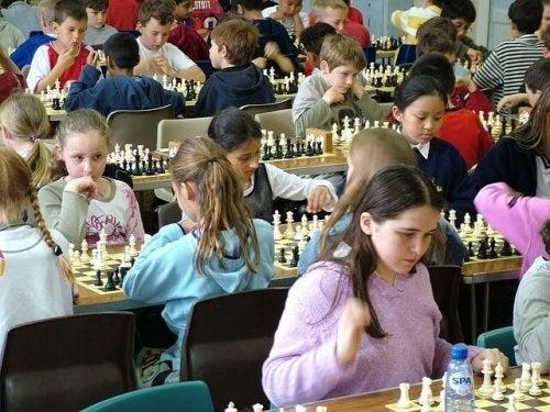 Tra i giochi che migliorano la memoria, quello degli scacchi è uno dei più stimolanti
