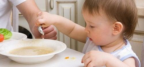 Bambino che mangia la zuppa
