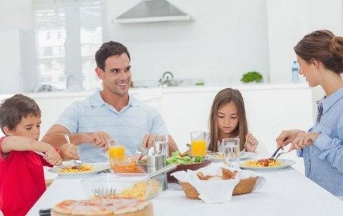 Insegnare le buone maniere a tavola