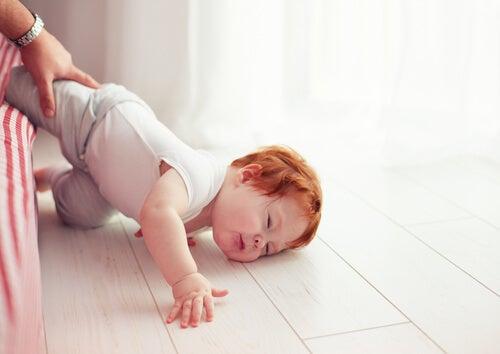 Colpo alla testa: per quanto tenere sveglio il piccolo?
