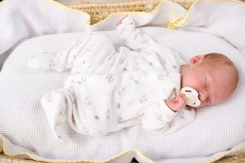 La routine della nanna prevede di fa dormire il bambino nella sua culla