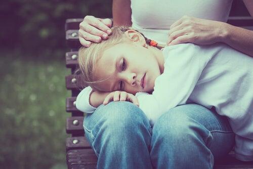Madre consola la figlia