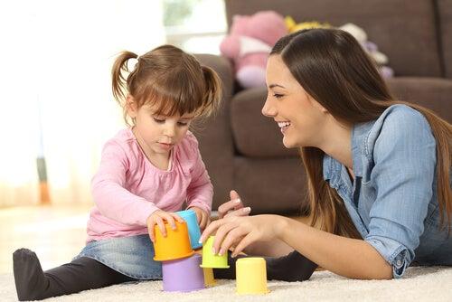 Bambina si cimenta in un gioco a incastro