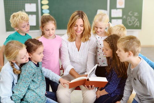 Maestra con racconto per stimolare l'intelligenza emotiva