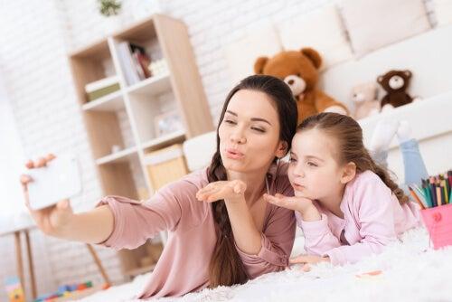 I genitori millenials amano fare sefie con i figli da postare sui social network
