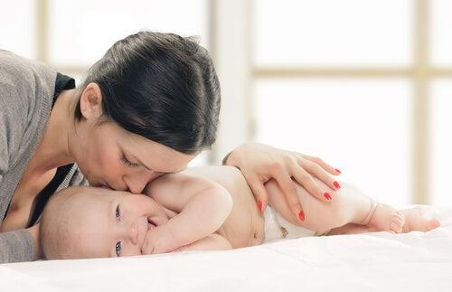 Mamma che bacia il neonato