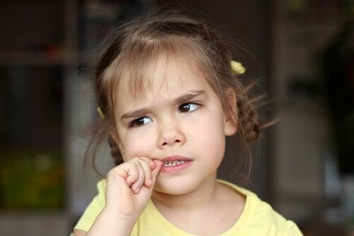 Quando dovete preoccuparvi dell'onicofagia nei bambini?