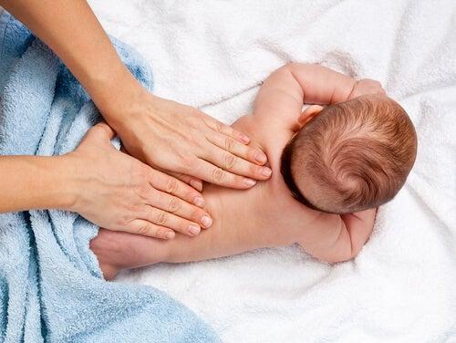 Massaggi infantili: 12 benefici che non conoscete