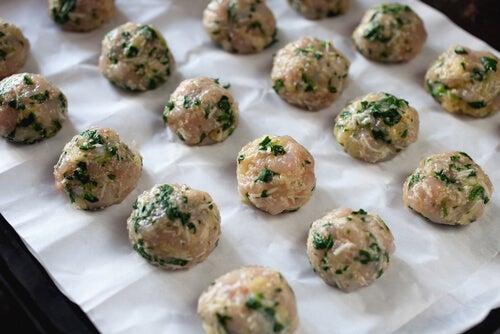 Le polpette sono una ricetta ideale per far partecipare i bambini alla preparazione del pasto