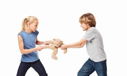 Bambini litigano per un orsacchiotto