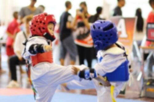 Bambini praticano taekwondo