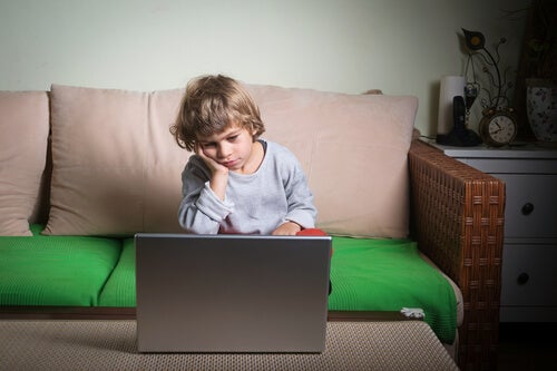 Per vincere la pigrizia infantile di vostro figlio, dovete motivarlo e sostenere i suoi interessi