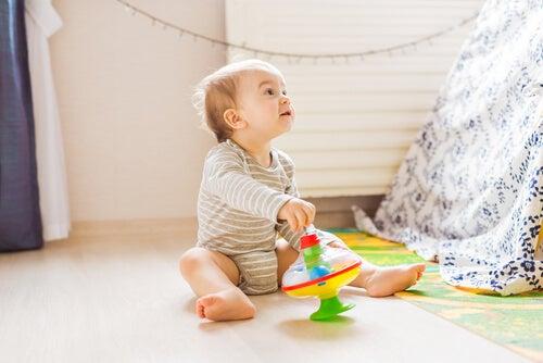 Per evitare la posizione a w sostenete il bambino con dei cuscini