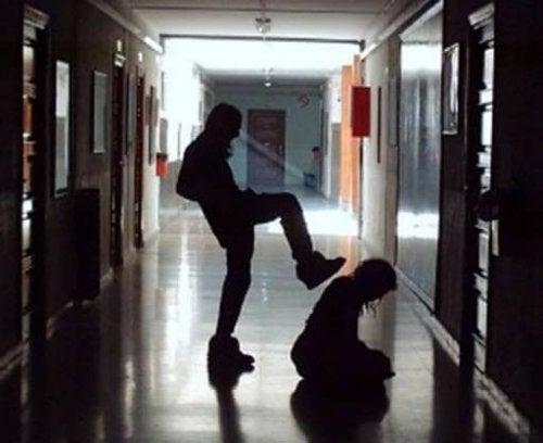 Se vostro figlio non vuole andare a scuola, cercate di scoprire se si verificano episodi di bullismo