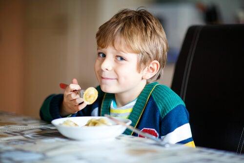 Spesso, i bambini che soffrono della sindrome della chiave appesa cucinano da soli i loro pasti