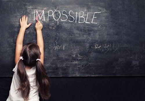 Bambina alla lavagna capisce che nulla è impossibile