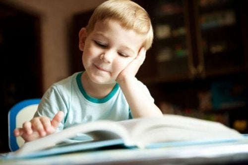 Bambino si diverte leggendo