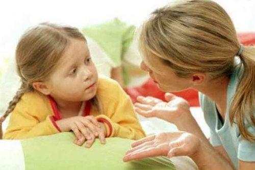È importante insegnare ai nostri figli a parlare e comportarsi correttamente