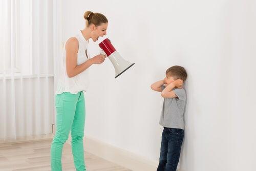 Urlare contro i figli provoca in loro un grande stress