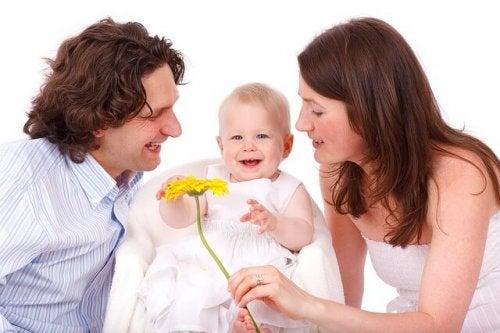 Genitori regalano un fiore al loro bambino