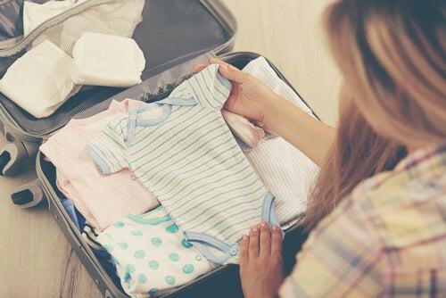 Per i genitori, preparare i vestiti per il bebè in arrivo può rappresentare un compito difficile