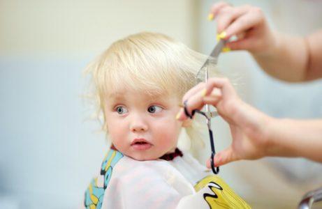 Il taglio di capelli al bebè si può effettuare in casa oppure da un parrucchiere specializzato