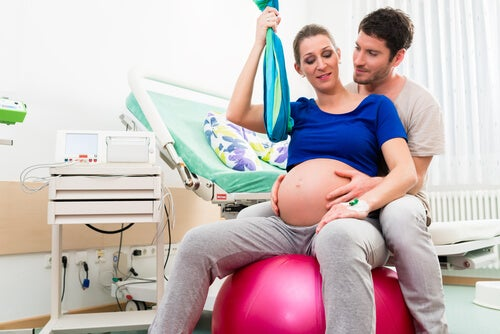 Tra le posizioni migliori per il parto, esiste anche quella seduta
