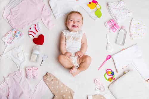 Di quali vestiti ha bisogno un neonato durante l'estate?