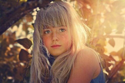 Bambina illuminata dal sole