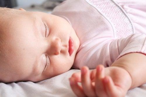 Per lavare i vestiti del bebè, si raccomanda di usare saponi ecologici delicati, che non danneggino la pelle sensibile del bambino