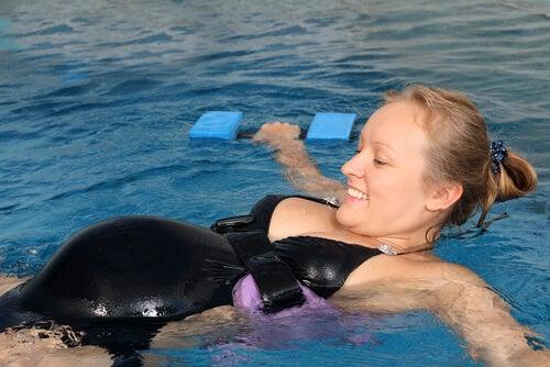 Nuotare in gravidanza fa bene! Ecco perché