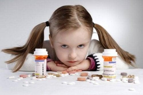I farmaci vanno tenuti lontano dalla portata dei bambini: le conseguenze potrebbero essere fatali