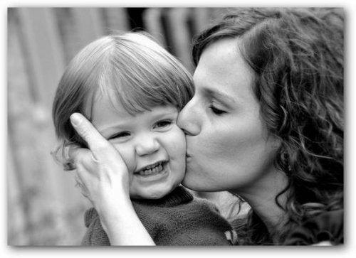 Mamma che dà un bacio al figlio